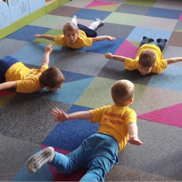 Gimnastyka korekcyjna – MINIONKI dbają o formę
